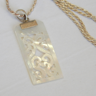 Mother of Pearl Pendant & Silver Twist chain.