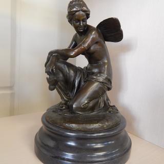 Winged Bronze figureen