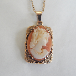 Pretty gold set Cameo pendant and chain